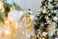 Det nya året är 2019 Julgranen som dekoreras med leksakerbollar, blänker bakgrundsbokehbakgrunden fotografering för bildbyråer