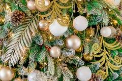Det nya året är 2019 Julgranen som dekoreras med leksakerbollar, blänker bakgrundsbokehbakgrunden arkivfoton