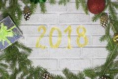 Det nya året 2018 har kommit, en vykort på en tegelstenbakgrund royaltyfri foto