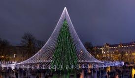 Det nya året tänder på granträd i gammal stad Royaltyfri Bild