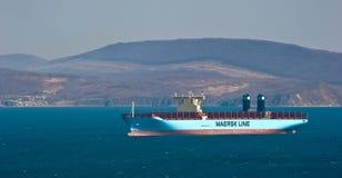 Det nya behållareskeppet Maribo Maersk ankrade i fjärden Nakhodka Nakhodka fjärd Östligt (Japan) hav 10 04 2014 Royaltyfria Bilder