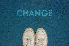 Det nya livbegreppet, den Motivational slogan med ordÄNDRING på jordningen av går vägen arkivbilder