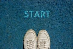 Det nya livbegreppet, den Motivational slogan med ordSTART på jordningen av går vägen arkivfoton