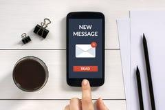 Det nya meddelandebegreppet på den smarta telefonskärmen med kontoret anmärker Fotografering för Bildbyråer