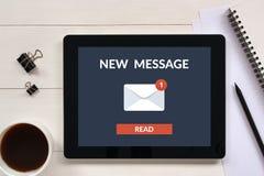Det nya meddelandebegreppet på minnestavlaskärmen med kontoret anmärker Fotografering för Bildbyråer