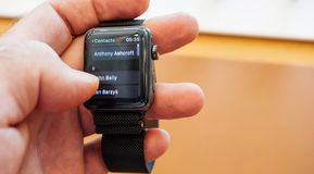 Det nya telefonnumret för numret för visartavlan för Apple klockaserie 3 kontaktar app Arkivfoto