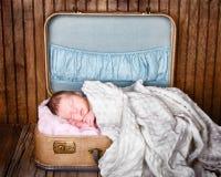 Det nyfödda spädbarn behandla som ett barn att sova Arkivbild