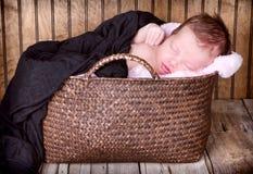 Det nyfödda spädbarn behandla som ett barn att sova Royaltyfri Foto