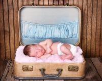 Det nyfödda spädbarn behandla som ett barn att sova Arkivbilder