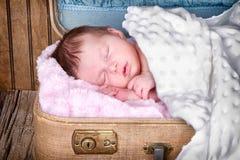 Det nyfödda spädbarn behandla som ett barn att sova Fotografering för Bildbyråer