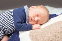 Det nyfödda spädbarn behandla som ett barn att sova Royaltyfria Foton