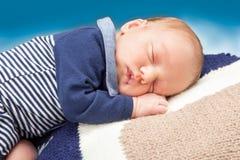 Det nyfödda spädbarn behandla som ett barn att sova Arkivfoton