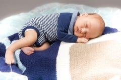 Det nyfödda spädbarn behandla som ett barn att sova Royaltyfria Bilder