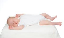 Det nyfödda spädbarnet behandla som ett barn flickan som tillbaka sover på henne Arkivbild