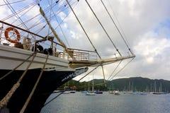 Det nyligen ankommna seglingskeppet som är orubbligt i de lovart- öarna Royaltyfri Bild