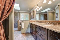 Det nytt omdanade badrummet med ursnyggt dual vaskfåfänga arkivfoto