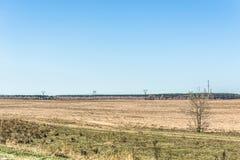 Det nytt plogade fältet i vår är klart för odling Arkivbilder