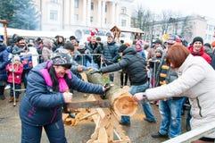 Det odefinierade folket tar delen i strid under Maslenitsa beröm i den Bryansk staden Royaltyfri Fotografi