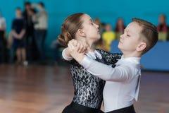 Det oidentifierade dansparet utför det standarda europeiska programmet Juvenile-1 Arkivfoto