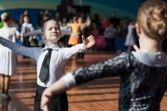 Det oidentifierade dansparet utför det standarda europeiska programmet Juvenile-1 Arkivbilder