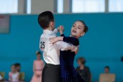 Det oidentifierade dansparet utför det standarda europeiska programmet Juvenile-1 Royaltyfri Bild