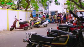 Det oidentifierade folket köper och säljer skaldjur på gatamatmarknaden, cykelparkering på utvändig marknad arkivfilmer