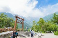 Det oidentifierade folket kopplar av på Kamikochi i Nagano Japan på 12 Juli 2016 Fotografering för Bildbyråer