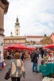 Det oidentifierade folket på en upptagen dag på Dolac marknadsför i Zagreb Royaltyfri Foto