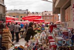 Det oidentifierade folket på en upptagen dag på Dolac marknadsför i Zagreb Arkivbild