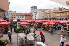 Det oidentifierade folket på en upptagen dag på Dolac marknadsför i Zagreb Arkivbilder
