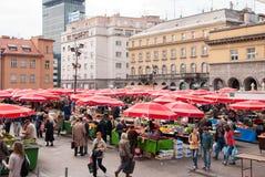 Det oidentifierade folket på en upptagen dag på Dolac marknadsför i Zagreb Royaltyfria Foton