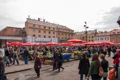 Det oidentifierade folket på en upptagen dag på Dolac marknadsför i Zagreb Royaltyfri Fotografi