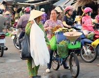 Det oidentifierade folket säljer foods och frukter på gatan i den våta marknaden, Mekong deltaområde, Vietnam Arkivfoto
