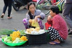 Det oidentifierade folket säljer foods, och frukter på gatan i Xuan Khanh blöter marknaden, Mekong deltaområde, Vietnam Royaltyfri Fotografi