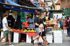 Det oidentifierade folket shoppar på vägsidan Royaltyfria Bilder