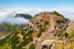 Det oidentifierade folket som fotvandrar på Pico, gör den Areeiro toppmötet i den centrala madeiran, Portugal Royaltyfria Foton