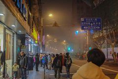 Det oidentifierade kinesiska folket går till det bundshanghai porslinet arkivfoton