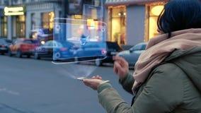 Det oigenkännliga kvinnaanseendet på gatan påverkar varandra HUD hologrammet med affärsstrålflygplan arkivfilmer