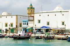 Det okända folket vilar i semesterorten Bizerte, Tunisien royaltyfri fotografi