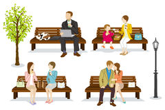 Det olika folket sitter på en bänk Arkivbilder