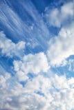 Det olika molnet skriver på en himmel för solig dag royaltyfri fotografi