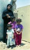 Det olika muslim folket behandlar personliga angelägenheter efter konflikt med militär under utegångsförbud arkivfoton