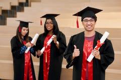 Det olika nationalitetuniversitetet avlägger examen känsligt lyckligt arkivfoton