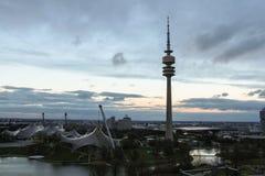 Det Olympic Stadium och televisiontornet i Olympia parkerar Munich Tyskland Arkivbilder