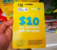 Det Optus simkortet den 10 dollar betala i förskott startknapppacken arbetar sammanlagt telefoner, minnestavlor och modem Fotografering för Bildbyråer