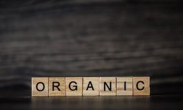 Det organiska ordet och att bestå av ljusa träfyrkantiga paneler på a Royaltyfria Foton