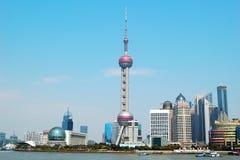 Det orientaliska pärlemorfärg tornet i Shanghai Royaltyfria Foton