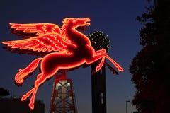 Det original- Pegasus diagramet i i stadens centrum Dallas framme av det Omni hotellet Arkivbild