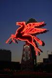 Det original- Pegasus diagramet i i stadens centrum Dallas framme av det Omni hotellet Arkivfoton