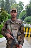 Det pakistanska infanterit tjäna som soldat stativ på vakten i flugsmälladalen, Pakistan. Royaltyfria Bilder